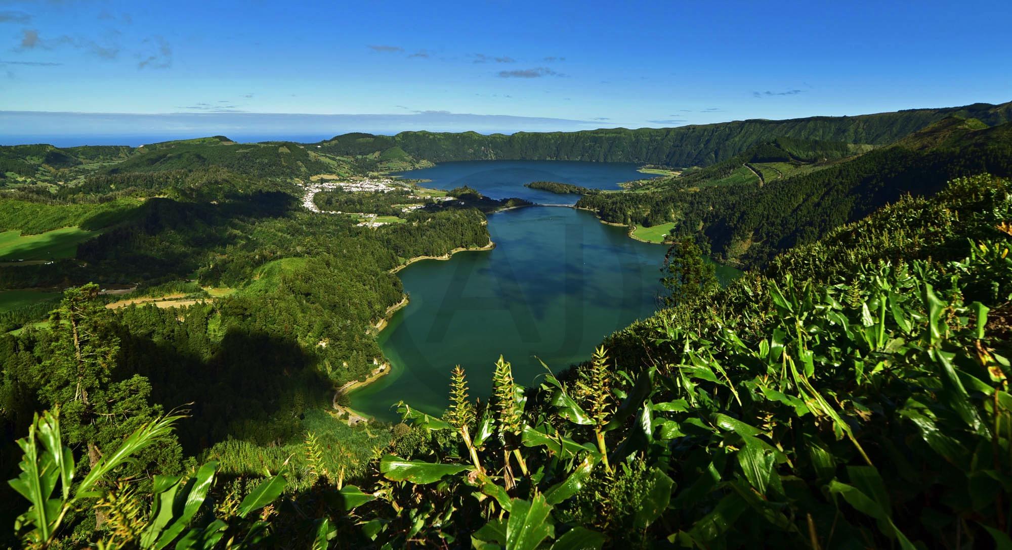 <i>Lagoa Azul & Verde, Açores (Portugal)<i>