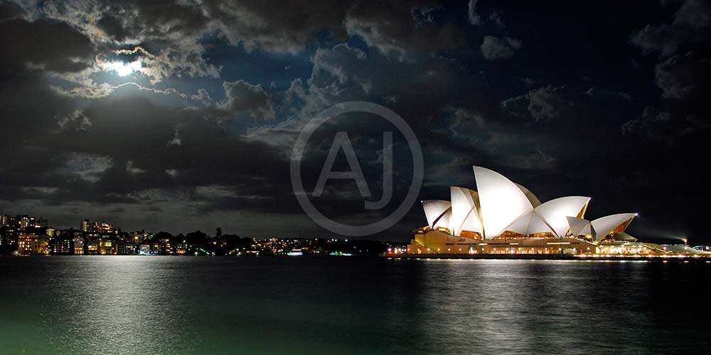 <i>Opera House, Sydney (Australia)<i>